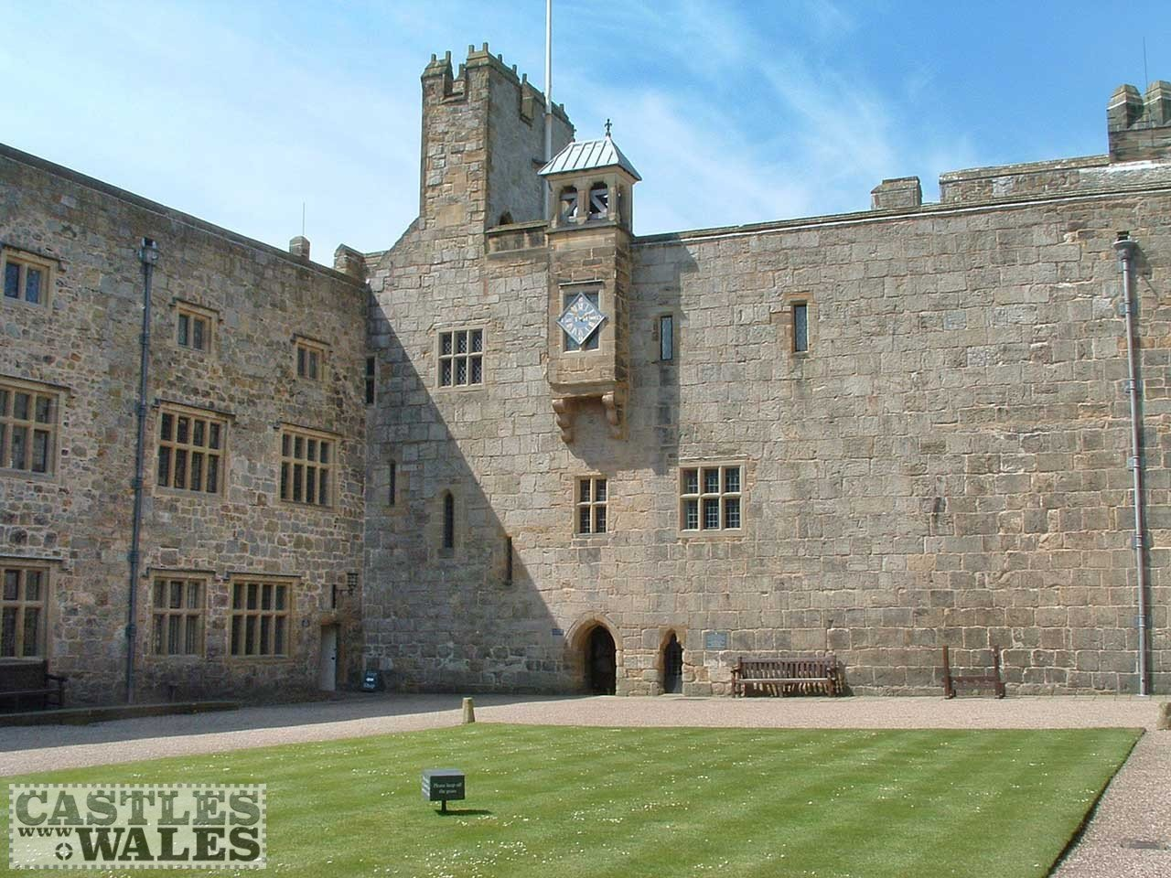 Chirk Castle Courtyard (Creative Commons Attribution-Share Alike 2.5 Generic license)